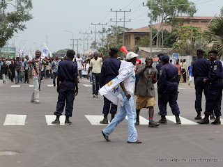 – Les partisans de l'opposition marchent sur une des principales avenues de Kinshasa, le 1/9/2011, pour l'audit du fichier électoral. Radio Okapi/ Ph. John Bompengo