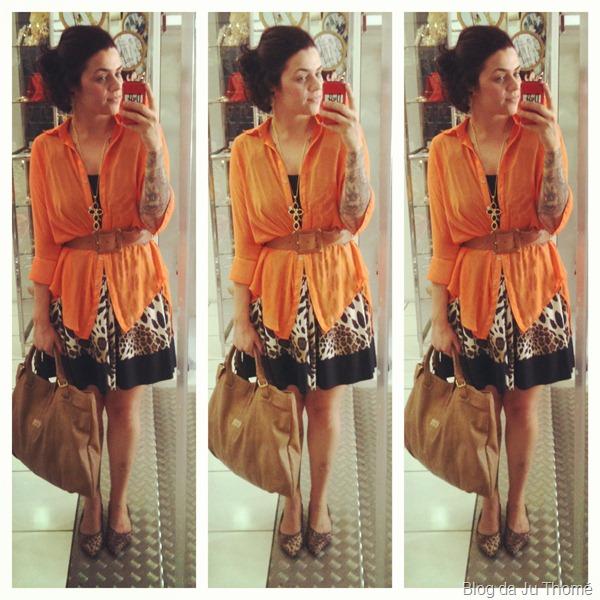 look vestido de onça com camisa laranja e sapatilha
