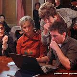 La secretaire de la mairie guide les nouveaux conseillers