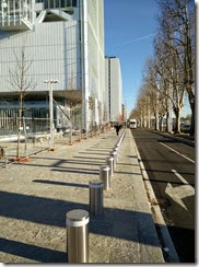 Nuovo marciapiede a fianco del grattacielo
