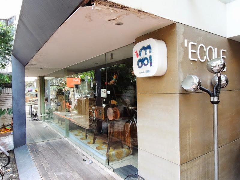 學校咖啡館 EcoleCafe' 旁有魔椅.jpg