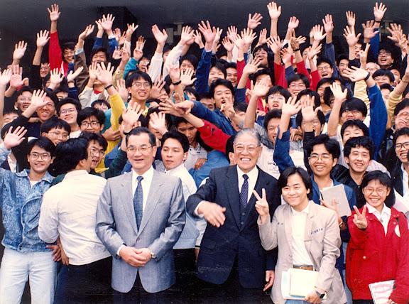 李總統與連主席視察合影