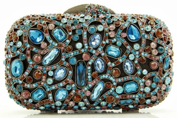 DB0965- Clutch estruturada de metal revestida de cristais e pedras. Fecho em cristais. Acompanha alça de metal removível.