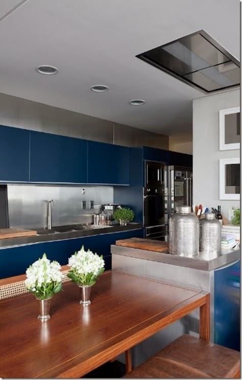 com-a-demolicao-da-parede-a-cozinha-ficou-totalmente-integrada-ao-living-e-possui-mobiliario-azul-planejado-pela-brinna-destaque-para-o-forro-rebaixado-em-gesso-que-embute-a-coifa-1365025789812_421x632