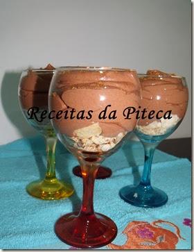 Doce de mousse de chocolate e frutas do pomar Português-perto
