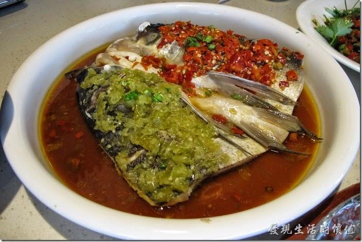 上海-望湘園。鴛鴦魚頭王(附「魚麵」),RMB64。鴛鴦其實就是把魚頭切半,一半用泡過的剁椒,另一半用紅辣椒佐料,不過這個是淡水魚,而且有土味,個人吃起來不會覺得很辣,反而是鹹,感覺還好而已。