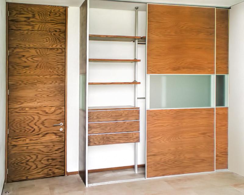 Closet de casa luna en madera de encino puerta abierta for Disenos de puertas de madera para closets
