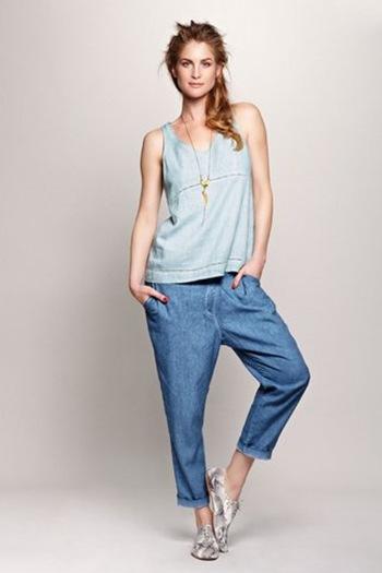 גופיית פשתן תכלת, מחיר 299 שח ומכנסי פשתן כחולים, מחיר 349.99 שח.