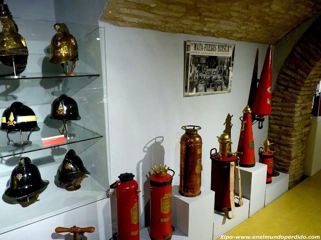 cascos-de-bomberos-y-extintores-viejos.JPG