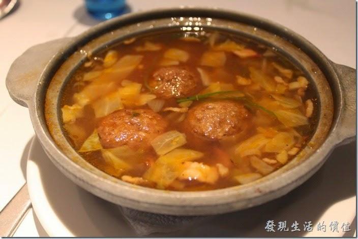 台南-西堤(Tasty)民族店。湯品-義式蔬菜牛肉丸湯。感覺沒什麼特色,牛肉丸子沒什麼味道,外皮炸得硬硬的,裡頭吃不太到牛肉的味道,湯頭也沒什麼味道。