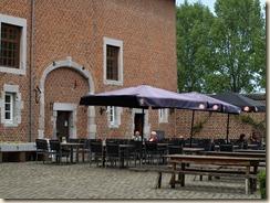 Guigoven, Rood Kasteel, binnenkoer met caféterras