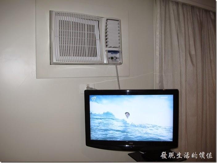 """TRANSAMERICA。客房內有大概24""""的液晶電視,電視上頭就是我提到的壁掛式的冷氣機,每個房間都裝有一台,打開得時候聲音炒得很,不管開或不開,外面的聲音都會從其旁邊的縫隙鑽進來。"""