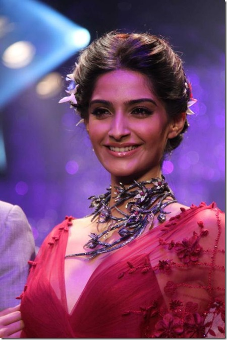 Sonam-Kapoor-Walk-The-Ramp-For-IIJW-2011s-finale-show-4-24