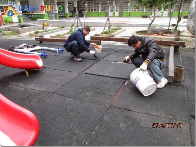 地墊縫細過大,使用彈性顆粒填補