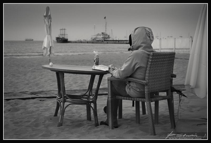 Sopot. Chłodne, majowe morze wita samotnych gości Grand Hotelu... Widok jakby... znajomy.