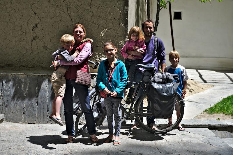 Din categoria calatoriilor cu copii, o familie de fracezi cu patru plozi dupa ei.