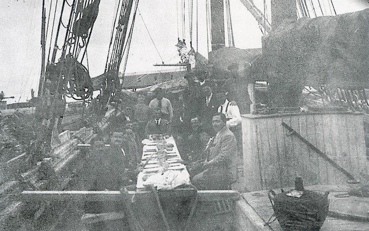 Banquete a bordo del ALFREDO. Foto del libro LOS ULTIMOS VELEROS DEL MEDITERRANEO. TORREVIEJA MARINERA. Tomo II.jpg