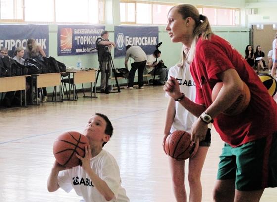 Тренер учит технике баскетбола