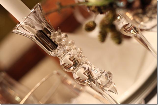hvitt bord pyntet med sølv, kongler, diamanter og snø  IMG_0754