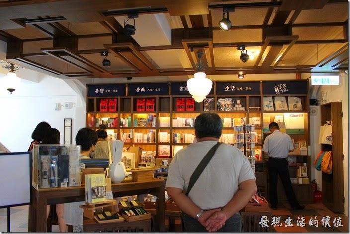 台南-林百貨重新開幕。印象中這應該是台南林百貨四樓還是五樓的書店。