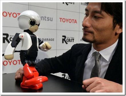 Takahashi faz uma demonstração com o robô: o objetivo do projeto é estudar em que medida um robô de companhia pode dar apoio moral a pessoas isoladas durante um longo período de tempo.