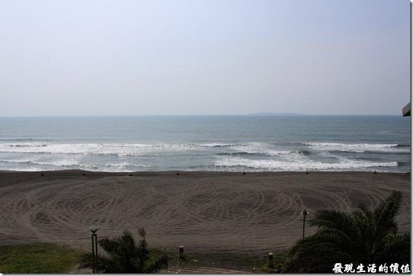 東港青洲濱海遊憩區。遠處稍微看得到的陸地就是小琉球了。