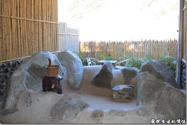 寶來-芳晨溫泉渡假村。剛一進湯屋的時候水池內是乾的,表示今天還沒有人用過,這樣正好,免得前人有什麼東東留下來…想太多了。另外,我記得之前的湯屋好像是砌成方形的池子,現在這是採用天然的石頭加上水泥作成,感覺上還是之前的比較有味道,而且之前的池子內還有SPA的沖壓按摩裝置,新的池子就沒有了。