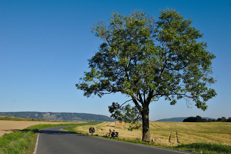 Peisajul tipic de pe drumurile secundare din Cehia.