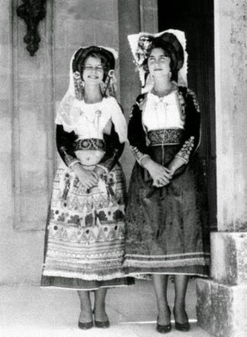 Sofia e Irene con traje típico