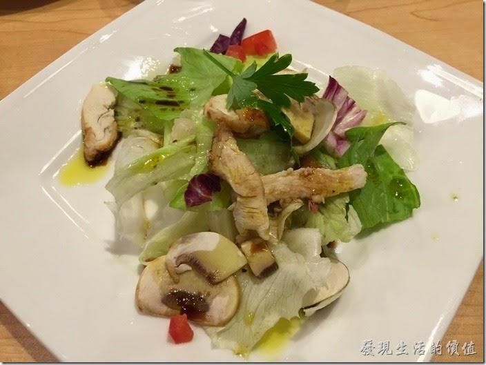 台北南港-古拉爵。A套餐的沙拉-雞肉沙拉。個人覺得這沙拉還過得去,不過有點小盤就是了,反正就是吃個開胃的,這樣的份兩也還可以。另外還有凱薩沙拉、素沙拉及炒時蔬可以選擇。