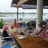 Vi spiser frokost og nyder udsigten over floden fra lejlighedskomplekset i Ho Chi Minh