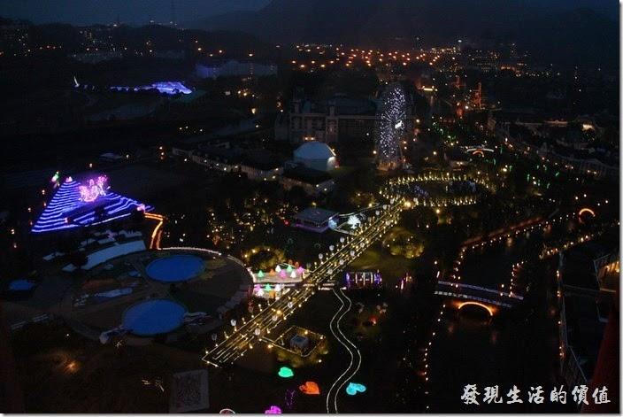 日本北九州-豪斯登堡。夜晚由「德姆特倫高塔」俯瞰「藝術花園」除了可以看到摩天輪之外,也可以看到立體投影的精彩表演。