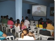 Pessoas assistindo ao filme de lançamento do Projeto Leitura de Olhos Fechados 2012