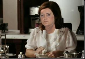 Carla de Carminha lavando louça