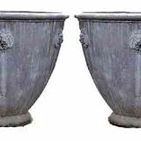 Wazy metalowe, para, P046, wykonanie w efektem ołowiu, z wytłoczeniem głów lwów, wysokość 51 cm, średnica 61 cm.
