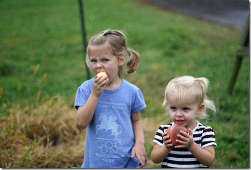 Hannah and Sadie eating apples