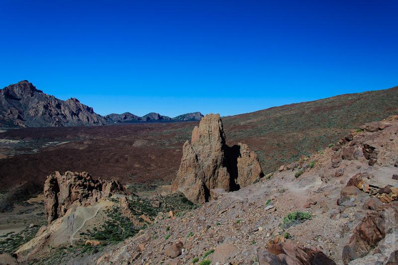 25. Тропинки, разрешённые для туристов, огорожены. За пределами тропинок куча вулканического пепла и остатки лавы.