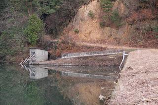 左岸の取水設備を望む