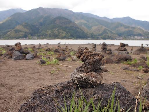 [写真]なぜかみんな石を積んでいく
