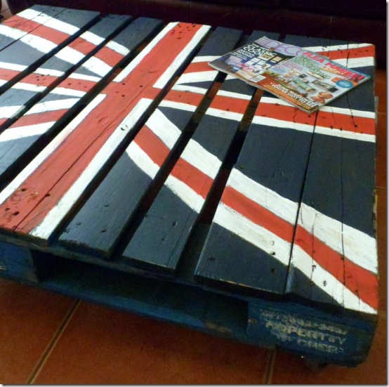 friday feature--union jack shipping palette coffee table from tres chere blog