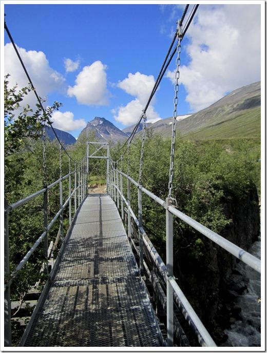 Jag gillar broarna men jag är glad att den gamla bron som skymtar fram till vänster inte är den som man måste gå över.