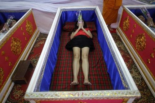 Tailandeses fazem fila para poder deitar em caixão