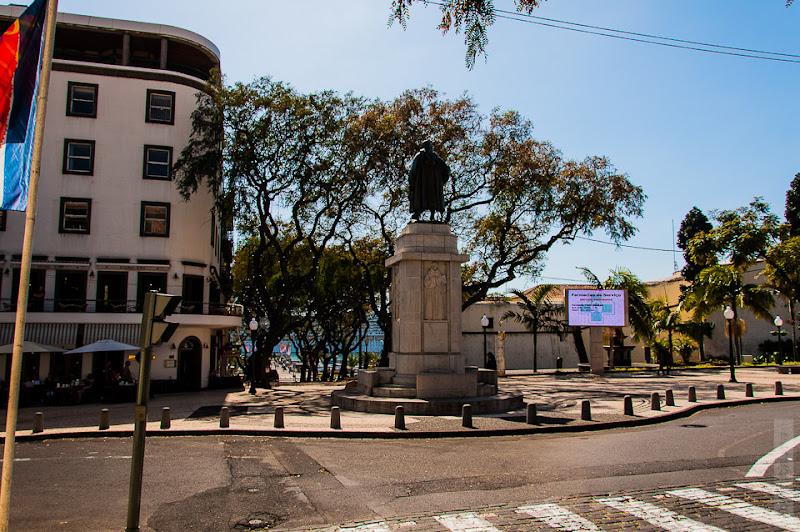 147. Февраль. Мадейра. Фуншал. Улочки города. Памятник кому-то.