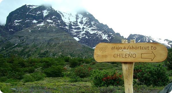 Início do atalho que leva ao Refúgio Chileno com vista ao Monte Almirante Nieto