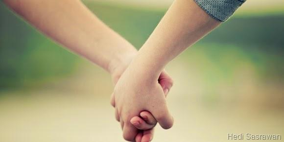 9 Arti Saat Pria Memegang Tangan Wanita
