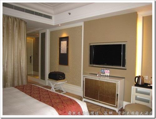 深圳寶利來國際大酒店,房間有一台坎壁室的液晶電視,電視節目有我們熟悉的東森電影台與東森新聞台,其他還有HBO、AXN、星空電影台…等,選擇性蠻多的。