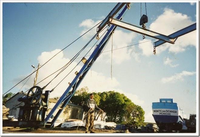 Manuel Sales a operar o guindaste no antigo clube naval-2002_1