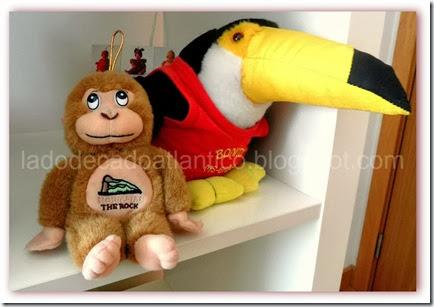 Imagem de um macaquinho e um tucano de pelúcia