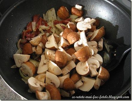 Ciuperci la tigaie - adaugam ciupercile