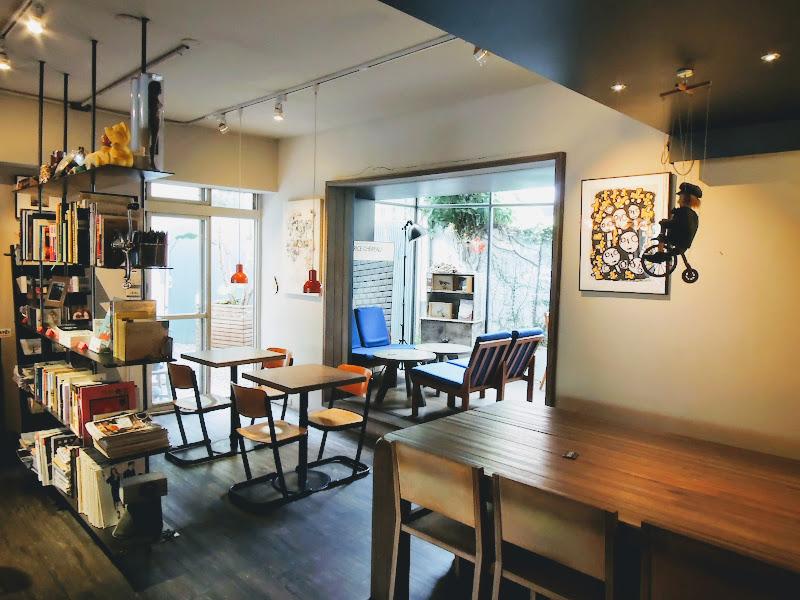 學校咖啡館 EcoleCafe' 後面.jpg